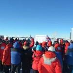Inicio de la ceremonia con la gente congregada en torno al polo Sur geografico.