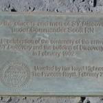 Placa en la Discovery Hut.