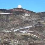 Antena coronando una colina.