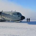 El ultimo avion espera mientras es repostado.