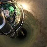 Uno de los agujeros y modulo optico descendiendo a las profundidades.