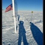 Al paso por el Polo Sur geografico el Sol esta en linea con la señal.