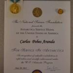 Diploma, medalla y pin por los servicios prestados.