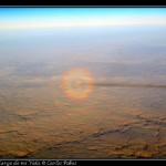 Curioso fenomeno optico. Halos en la posicion del avion y sombra de la estela.