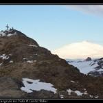 La cruz de Ob Hill y el Erebus humeante al fondo.