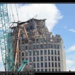 Demoliendo un edificio afectado por el terremoto.