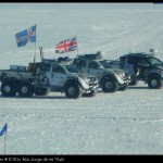 Vehículos de apoyo para una de las pruebas competitivas organizadas para alcanzar el Polo con esquís.