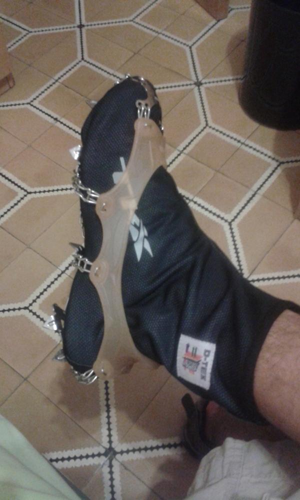 Una posible idea para usar en la carrera, zapatillas, cubrebotines de ciclismo y crampones ligeros.