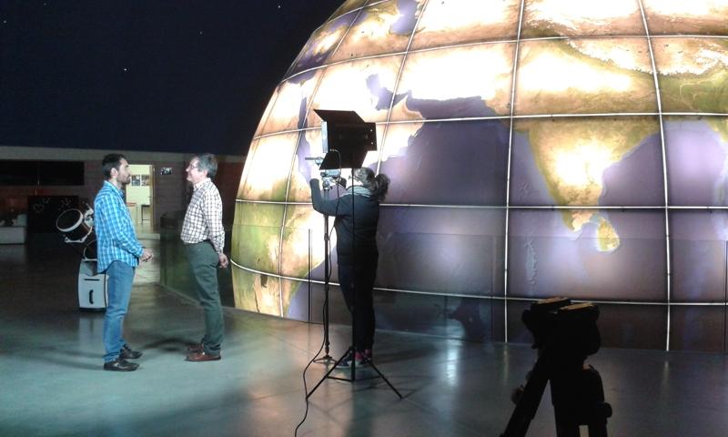 Momento durante la grabación de uno de los programas de En Ruta con la Ciencia de Aragón TV.
