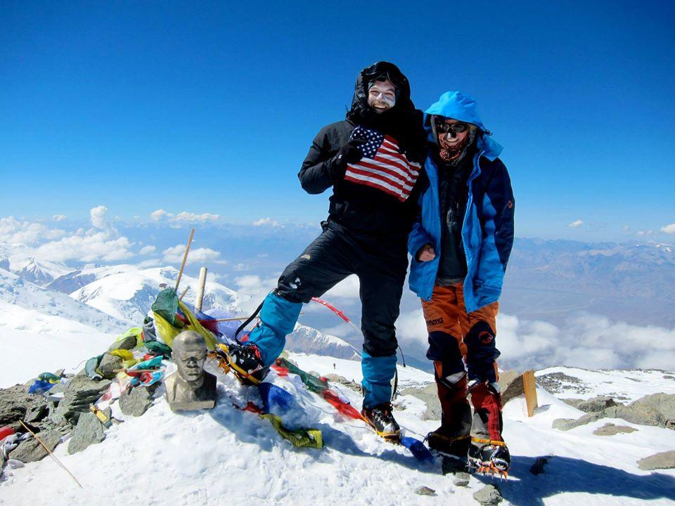Mi colega Thano en la cumbre del Pico Lenin