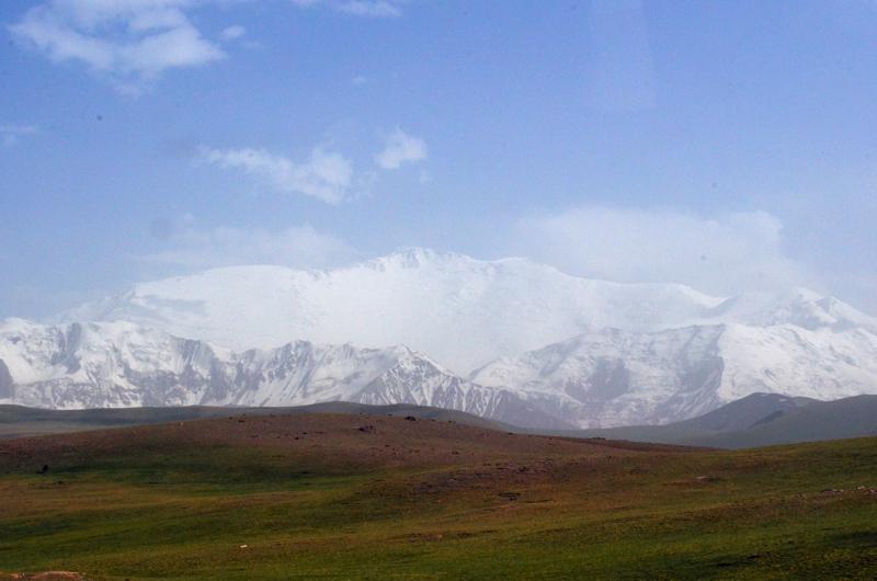 Entre la bruma soma el pico Lenin. Espectacular! Da casi vértigo contemplar los casi 4000m de desnivel que hay hasta la cumbre.