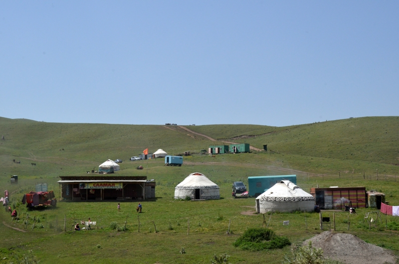 Campo de yurtas al poco de dejar Osh.