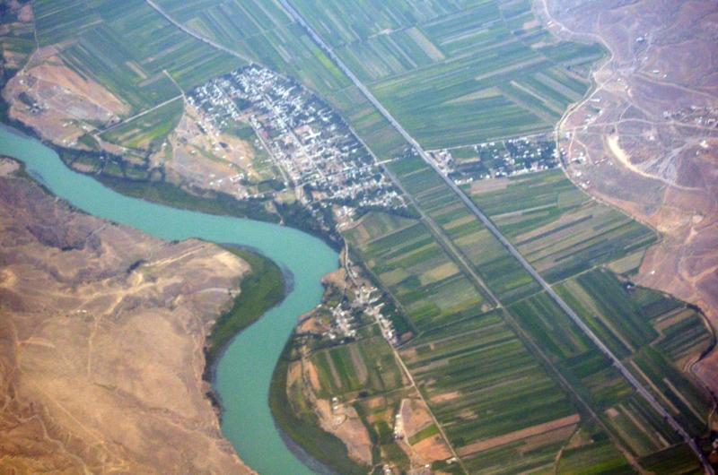 El paisaje Kygyz me recuerda un poco a mi tierra, pero me llaman la atención las parcelas desproporcionadamente alargadas. Funcionalidad 1, Proporción Áurea 0.