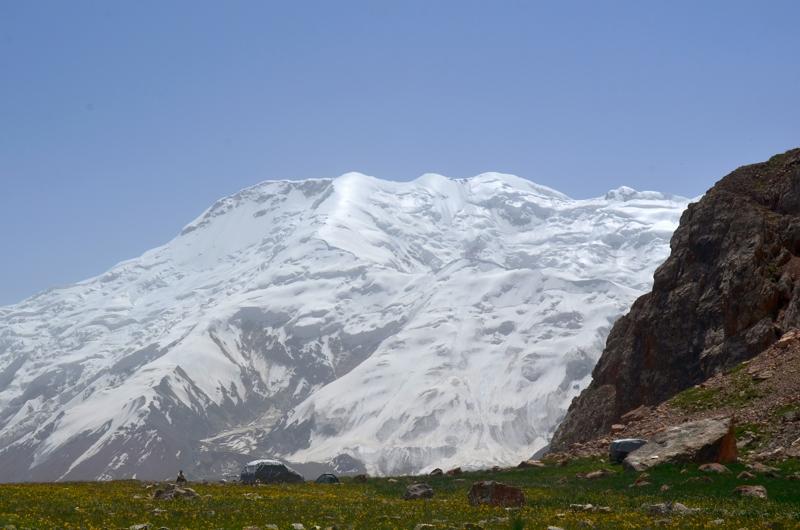 Aunque 1000m más bajos que el Lenin, los picos circundantes no se quedan atrás en belleza.