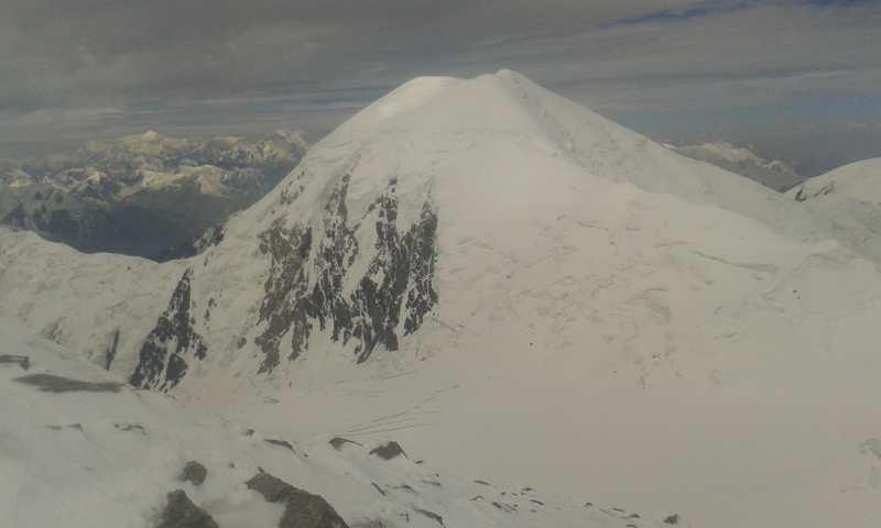 Vistas hacia el Pamir. Se aprecia el Pico Comunismo.
