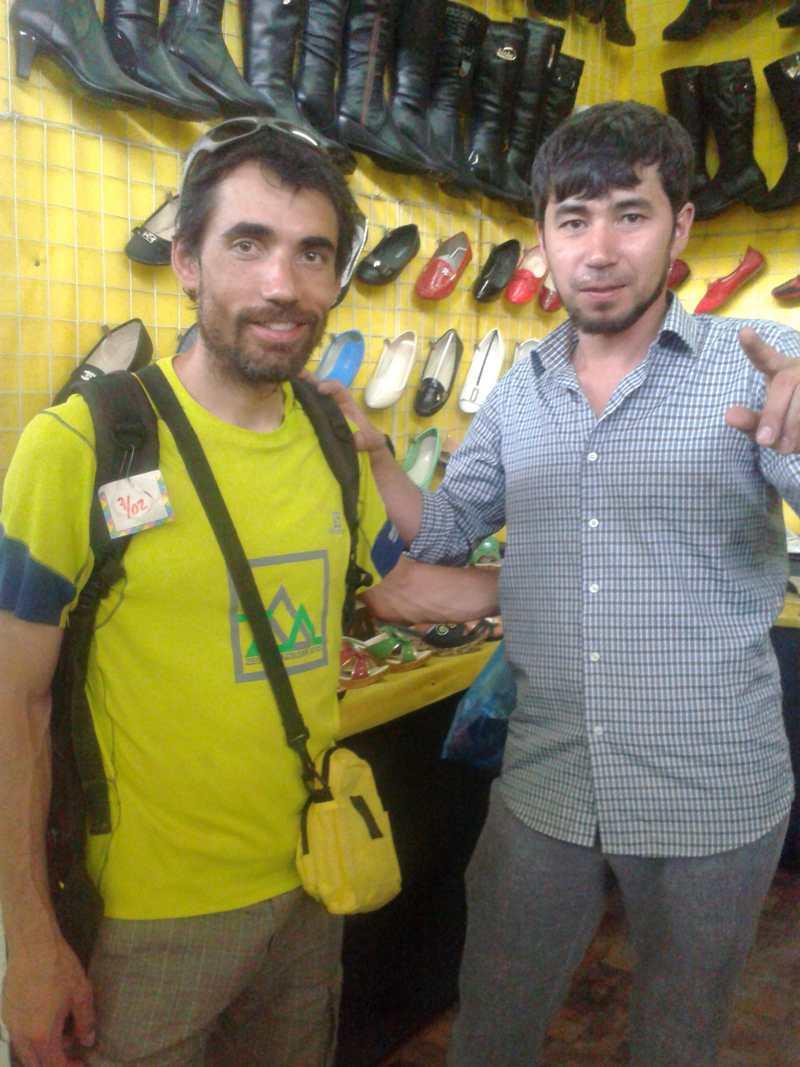 Con Sanjar en su puesto de zapatos.