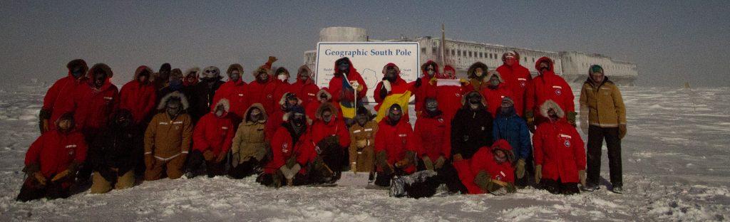 Foto de los 50 Winter Over 2012 en el Polo Sur.